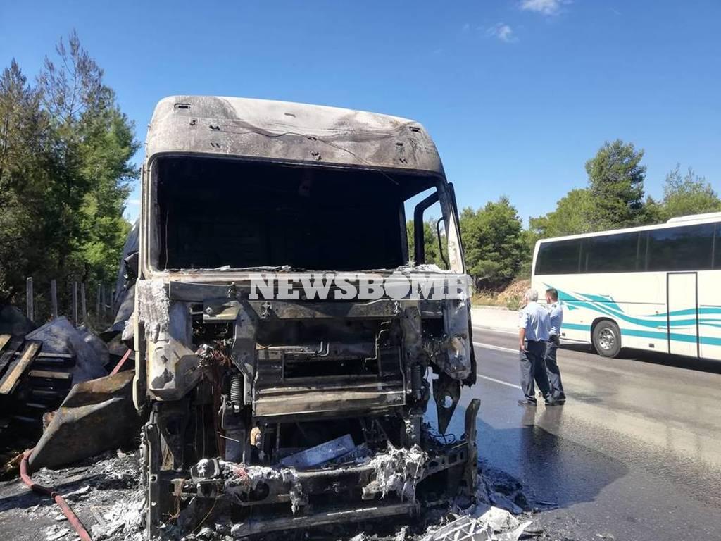 Φωτιά ΤΩΡΑ σε φορτηγό στην Αθηνών - Λαμίας - Έκλεισε η Εθνική Οδός