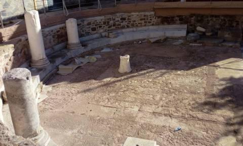 Εικόνες - σοκ σε αρχαιολογικό χώρο στη Μυτιλήνη – Έριξαν λιωμένα κεριά σε ψηφιδωτά