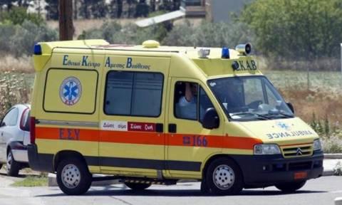 Θεσσαλονίκη: Μηχανή συγκρούστηκε με ΙΧ και κατέληξε σε θαμώνες καταστήματος - Δύο τραυματίες