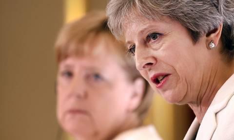 Ξεκινά το «παζάρι» για το Brexit η Τερέζα Μέι – Συναινετικό «διαζύγιο» ζητά η Μέρκελ