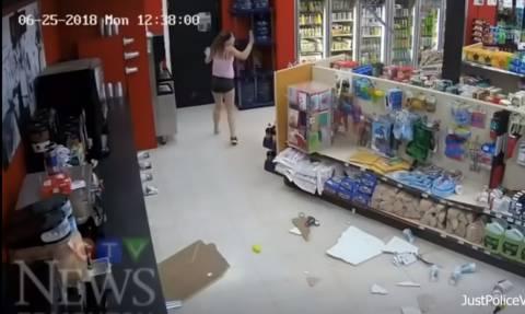 Γελάστε ελεύθερα: Πήγε να ληστέψει το κατάστημα αλλά την πάτησε μόνη της! (vid)