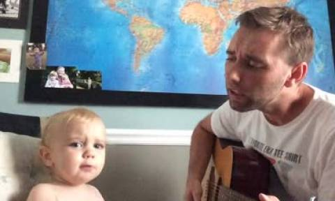 Ένα ξεχωριστό ντουέτο: Μπαμπάς και γιος τραγουδάνε και ο μικρός έχει μεγάλο ταλέντο (vid)
