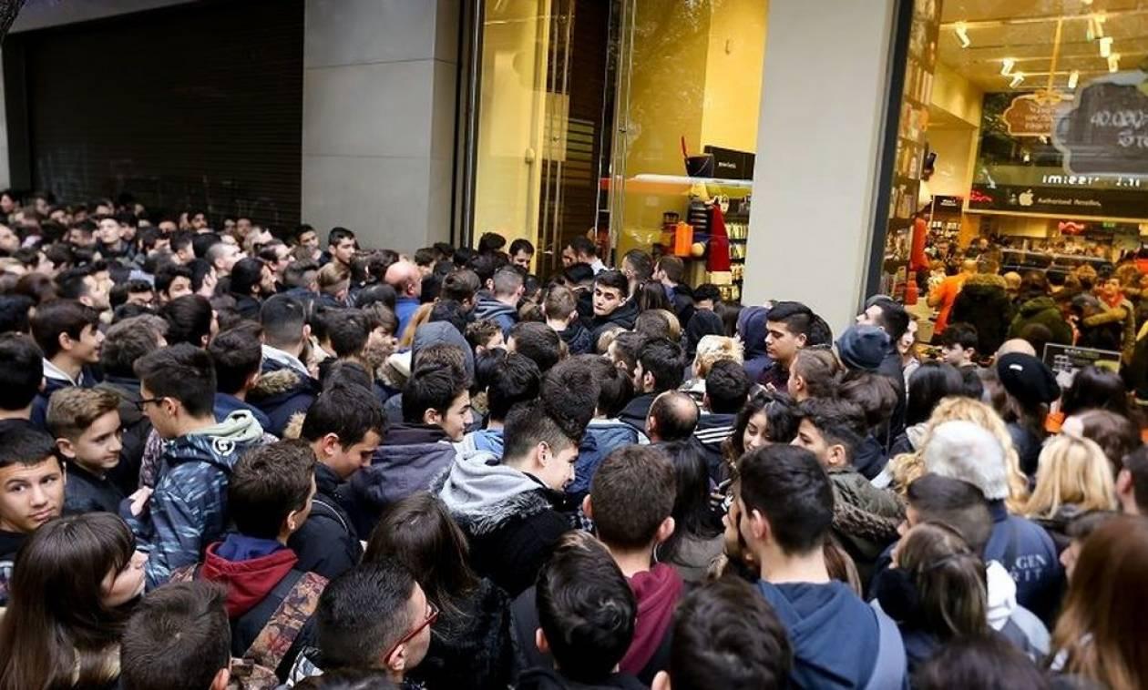 Βρήκαν ευκαιρία για «αρπαχτή»: Δε θα πιστεύετε πόσο πωλείται μία θέση στην ουρά για το νέο iPhone
