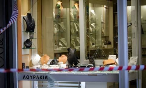 Νεκρός ληστής που διαπέρασε τζαμαρία για να ξεφύγει στο κέντρο της Αθήνας (pics+vid)