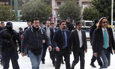 Νέες απειλές της Τουρκίας για τους «οχτώ»: «Θα νιώθουν την ανάσα μας στο σβέρκο τους»