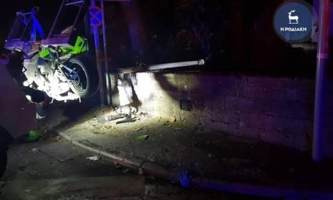 Ρόδος: Νέο σοβαρό τροχαίο στο κέντρο της πόλης - Μηχανή «καρφώθηκε» σε κολώνα (pics)