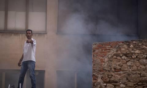 Φωτιά: Εικόνες σοκ από το κέντρο της Αθήνας - Ανέβηκαν σε ταράτσα για να γλιτώσουν από τις φλόγες
