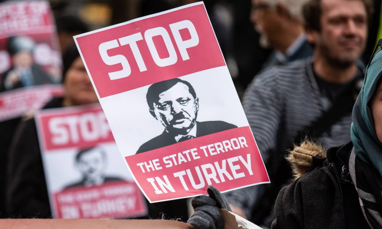 «Ερντογάν δεν είσαι ευπρόσδεκτός»: Ξεκίνησαν οι διαδηλώσεις πριν καν επισκεφτεί τη Γερμανία (Pics)