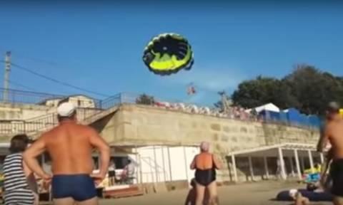 Βίντεο - ΣΟΚ: Η τρομακτική στιγμή που τουρίστες πέφτουν σε ηλεκτροφόρα καλώδια κάνοντας parasailing