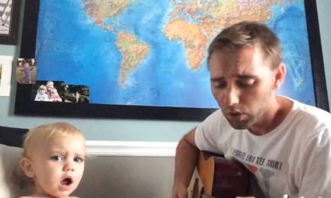 Απίστευτο ντουέτο: Πατέρας και γιος... τραγουδούν μαζί