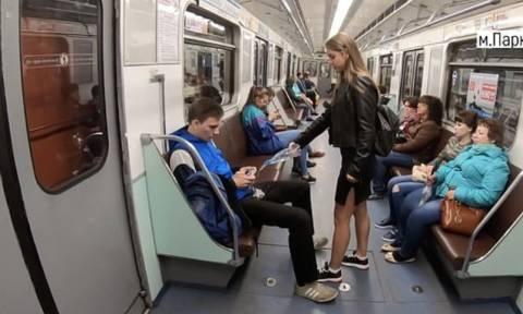 Φοιτήτρια ρίχνει χλωρίνη σε άνδρες μέσα στο μετρό (video)