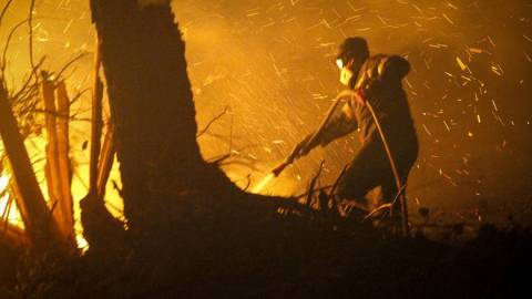 Μεγάλη φωτιά καίει την Κεφαλονιά - Μάχη με τις φλόγες δίνουν οι πυροσβέστες στο χωριό Ζόλα