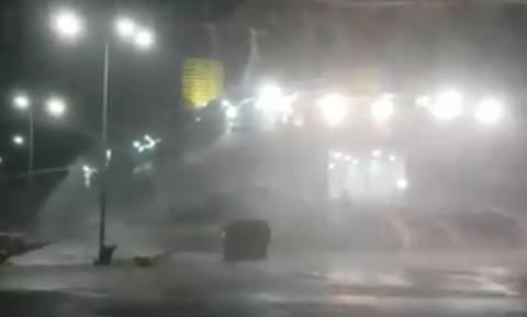 Καιρός - Συγκλονιστικό βίντεο: Πλοίο δίνει μάχη για να κρατηθεί δεμένο στο λιμάνι της Ραφήνας