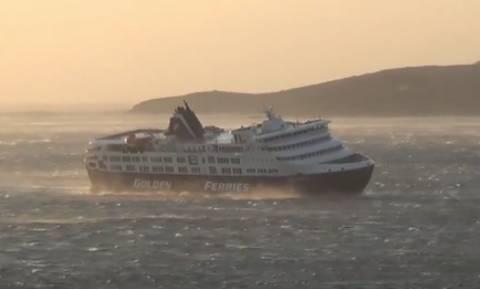 Κακοκαιρία: Σαρώνει ο «Ξενοφών» - Επιβατηγό πλοίο στη Τήνο παίρνει κλίση από ανέμους δέκα μποφόρ!