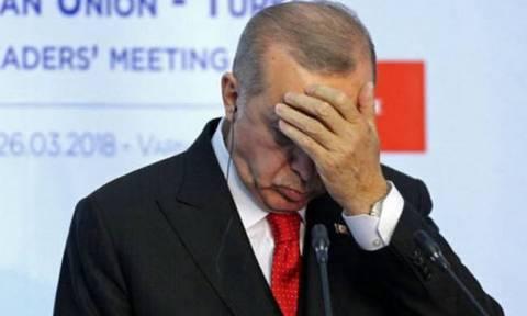 Την «πάτησε» ο Ερντογάν: Καταρρέει σε χαμηλό δεκαετίας η εμπιστοσύνη στην τουρκική οικονομία