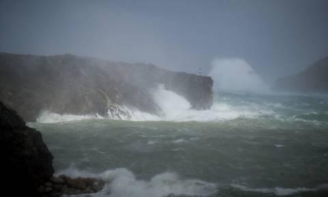 Κακοκαιρία: Τεράστια κύματα «σκεπάζουν» το λιμάνι των Κυθήρων (pics)