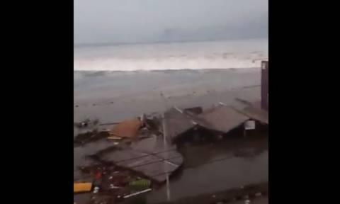 Ισχυρό τσουνάμι σάρωσε την Ινδονησία μετά το μεγάλο σεισμό (pics+vids)