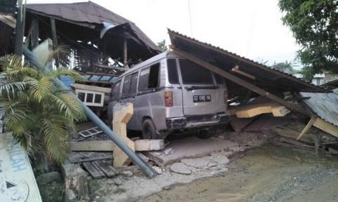 Εκατόμβη νεκρών στην Ινδονησία: Τουλάχιστον 384 τα θύματα από σεισμό και τσουνάμι (pics&vids)