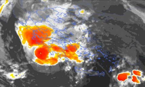 Μεσογειακός κυκλώνας: Τεράστια κύματα «καταπίνουν» βάρκες σε ακτή της Σικελίας (vid)