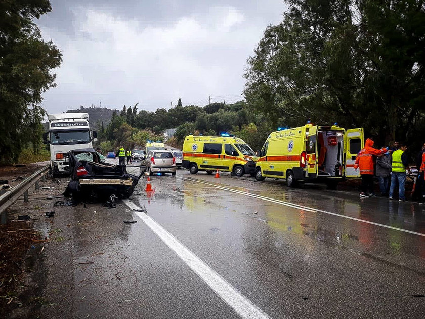 Τραγωδία στην Πατρών-Πύργου: Δύο νεκροί έπειτα από σφοδρή σύγκρουση νταλίκας με τρία Ι.Χ. (pics)