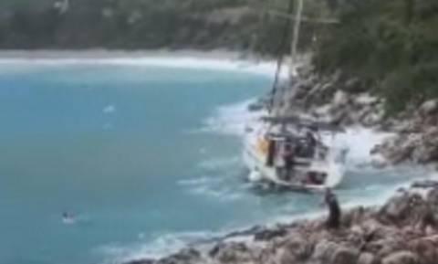 Κυκλώνας «Ζορμπάς»: Η στιγμή που ιστιοφόρο τσακίζεται στα βράχια στη Λακωνία (vid+pics)