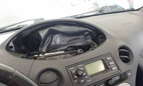 Ευρυτανία: Ο αερόσακος του αυτοκινήτου έκρυβε ένα θησαυρό! Έπαθαν πλάκα στο συνεργείο (vid+pics)