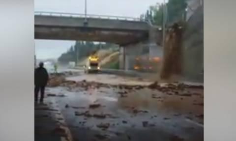 Φοβερά πράγματα! Η εθνική οδός στο Ξυλόκαστρο έγινε... φράγμα σε ποτάμι (Video)