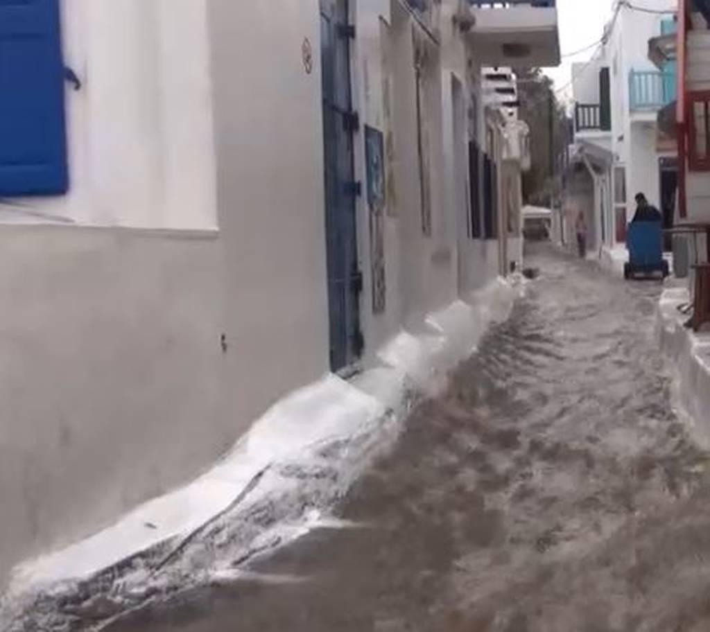 «Ζορμπάς»: Στο έλεος του κυκλώνα και η Μύκονος – Πλημμύρισαν οι δρόμοι και τα σοκάκια (vid)