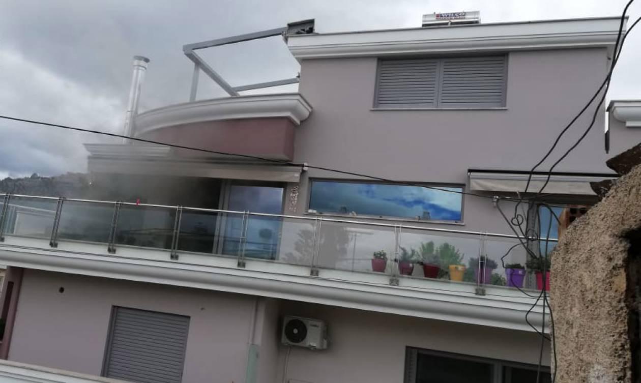 Συναγερμός ΤΩΡΑ στο Άργος - Άνδρας πυροβολεί μέσα από φλεγόμενο σπίτι (pics&vid)