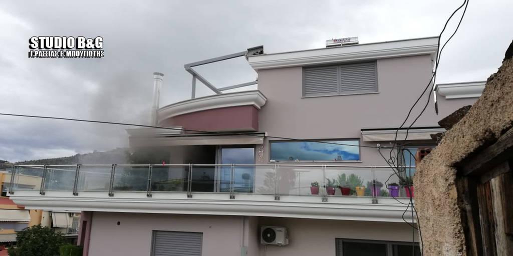 ΕΚΤΑΚΤΟ: Συναγερμός ΤΩΡΑ στο Άργος - Άνδρας πυροβολεί μέσα από φλεγόμενο σπίτι