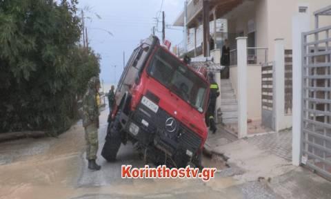 Κυκλώνας Ζορμπάς: Άνοιξε ο δρόμος στο Βραχάτι - Βούλιαξε πυροσβεστικό όχημα (pics+vid)