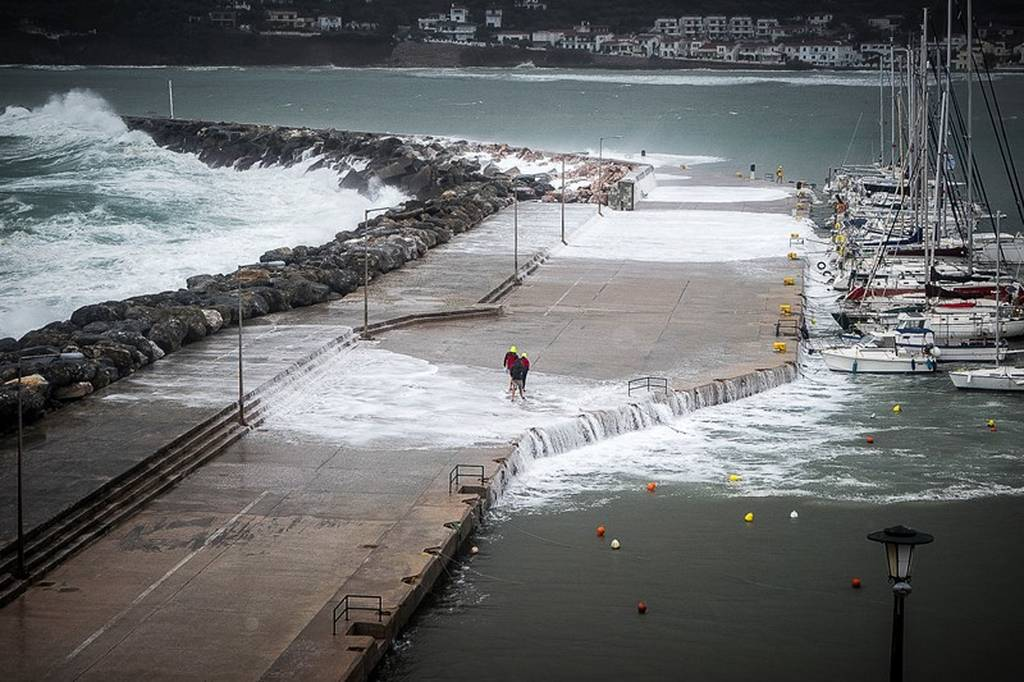 Εντυπωσιακές εικόνες από το πέρασμα του «Ζορμπά» στη Σκόπελο: Η θάλασσα βγήκε στη στεριά (pics)