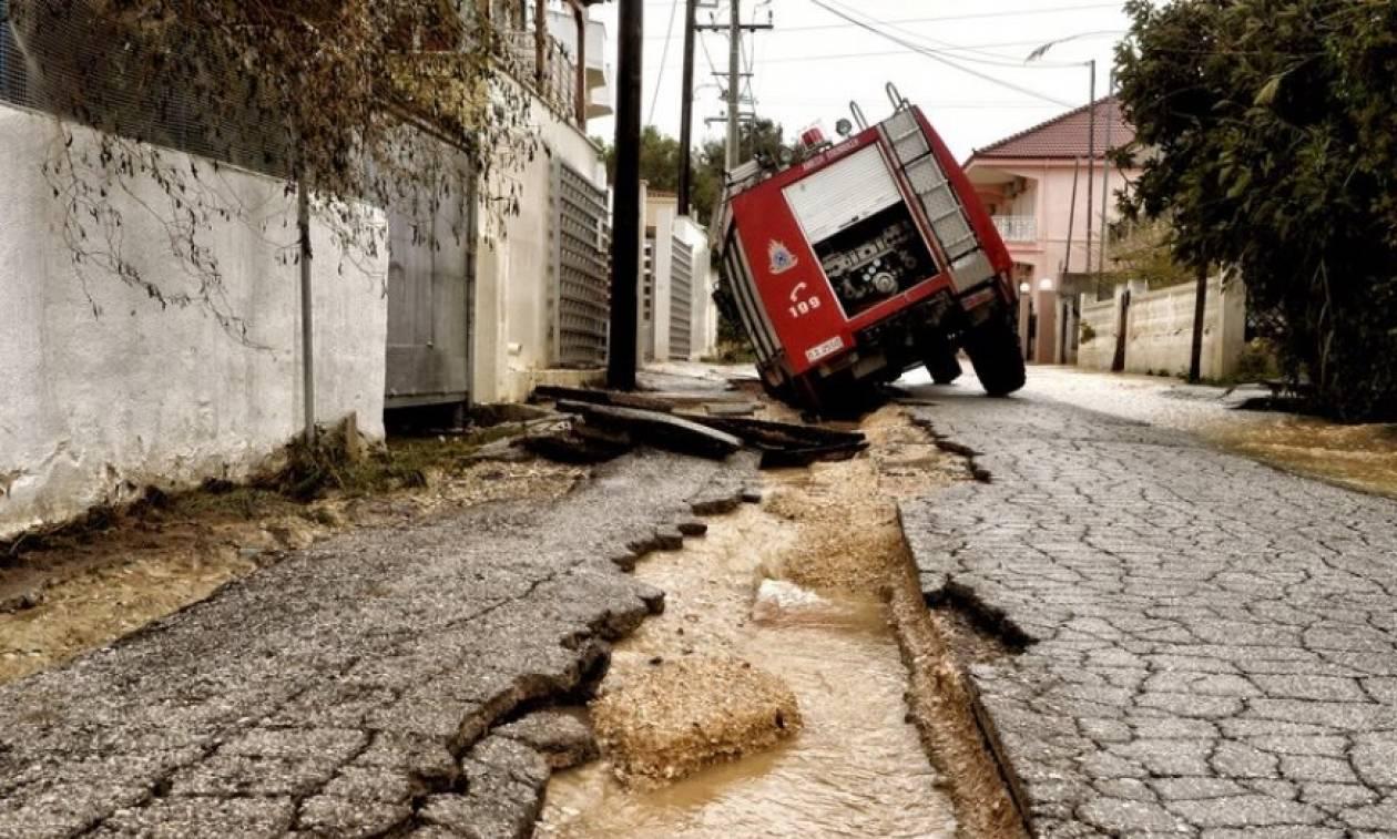 Κυκλώνας Ζορμπάς: Γκρεμίστηκαν γέφυρες, διαλύθηκαν δρόμοι και έμειναν χωρίς νερό σε Κιάτο - Βέλο