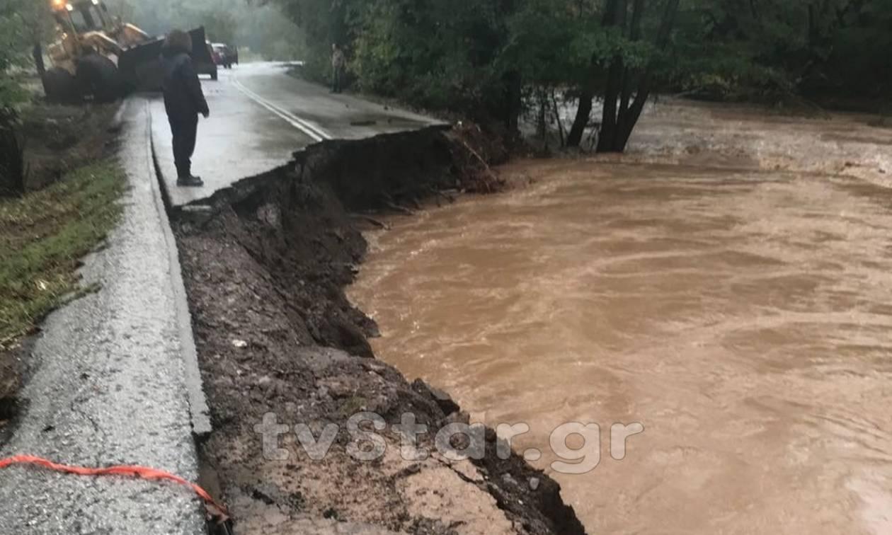 Εύβοια: Υποχώρησε η άσφαλτος στο Μαντούδι - Αποκλεισμένη η πόλη (pics)