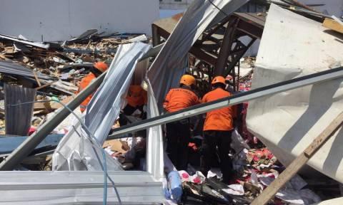 Ινδονησία: «Θαύμα» μέσα στα ερείπια - Ανέσυραν γυναίκα ζωντανή (vid)