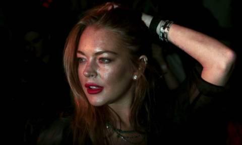 Πανικός με τη Lindsay Lohan: Προσπάθησε να αρπάξει προσφυγόπουλο και έφαγε μπουνιά από τη μάνα (vid)