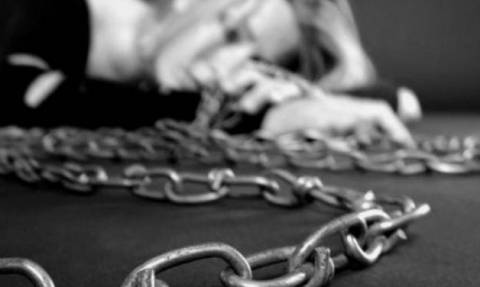 Βρέθηκε γυναίκα αλυσοδεμένη σε μπιραρία - Ποιος είναι ο δράστης και τι ομολόγησε (vid)
