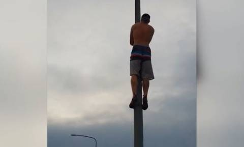 Βίντεο που κόβει την ανάσα: Αυτός ο πυροσβέστης σκαρφαλώνει σε στύλο για να...