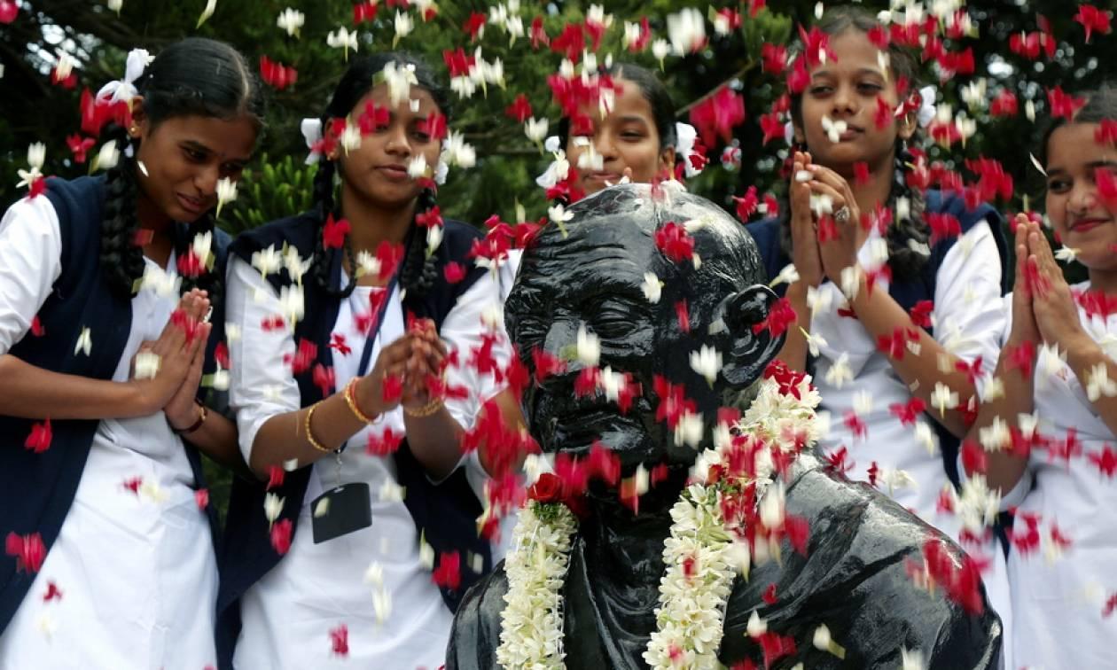 Η Ινδία γιορτάζει τα γενέθλια του Μαχάτμα Γκάντι (pics)