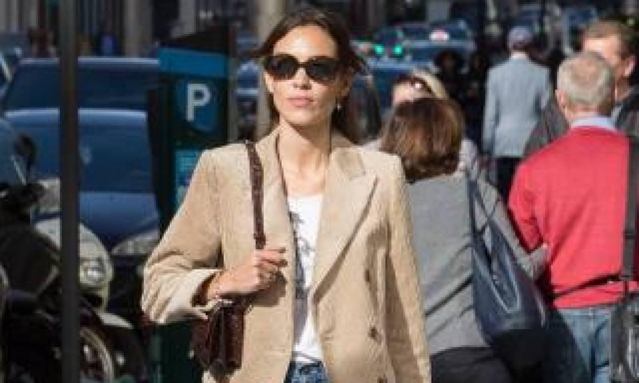 Η Alexa Chung σου δείχνει το ρούχο που πρέπει να προσθέσεις στην ντουλάπα σου τον Οκτώβρη