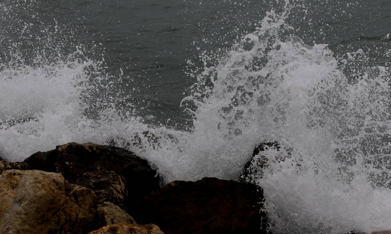 Εικόνες καταστροφής στις παραλίες της Γλυφάδας μετά το σαρωτικό πέρασμα του «Ζορμπά»