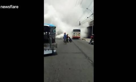 Το λεωφορείο έβγαζε τόσο πολύ καπνό που έκλεισε την κυκλοφορία!