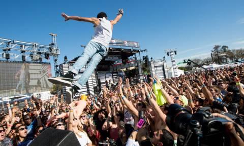 Τρελάρας πέφτει πάνω σε κόσμο στη συναυλία ΑΛΛΑ του φεύγει το παντελόνι! (vid)