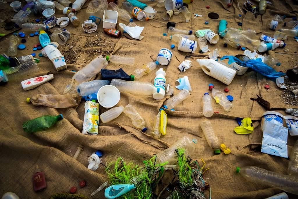 Μία «θάλασσα» από πλαστικά «πλημμύρισε» το Σύνταγμα (pics)
