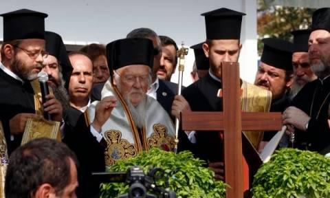Τρισάγιο τέλεσε ο Οικουμενικός Πατριάρχης Βαρθολομαίος στο Μάτι (pics&vid)