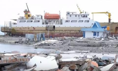 Ινδονησία: Πλοίο βγήκε από την προκυμαία και... εισέβαλε σε χωριό μετά το τσουνάμι! (vid)
