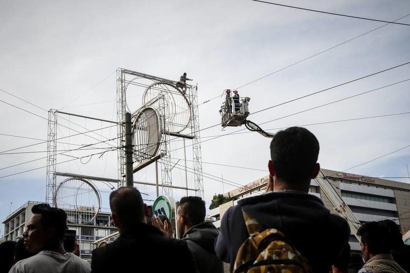 ΕΚΤΑΚΤΟ: Άνδρας απειλεί να αυτοκτονήσει στην Ομόνοια