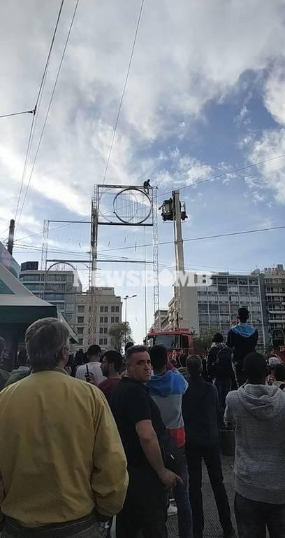 Ομόνοια: Αίσιο τέλος στο θρίλερ - Κατέβασαν από το γλυπτό τον άνδρα που απειλούσε να πέσει (pics)