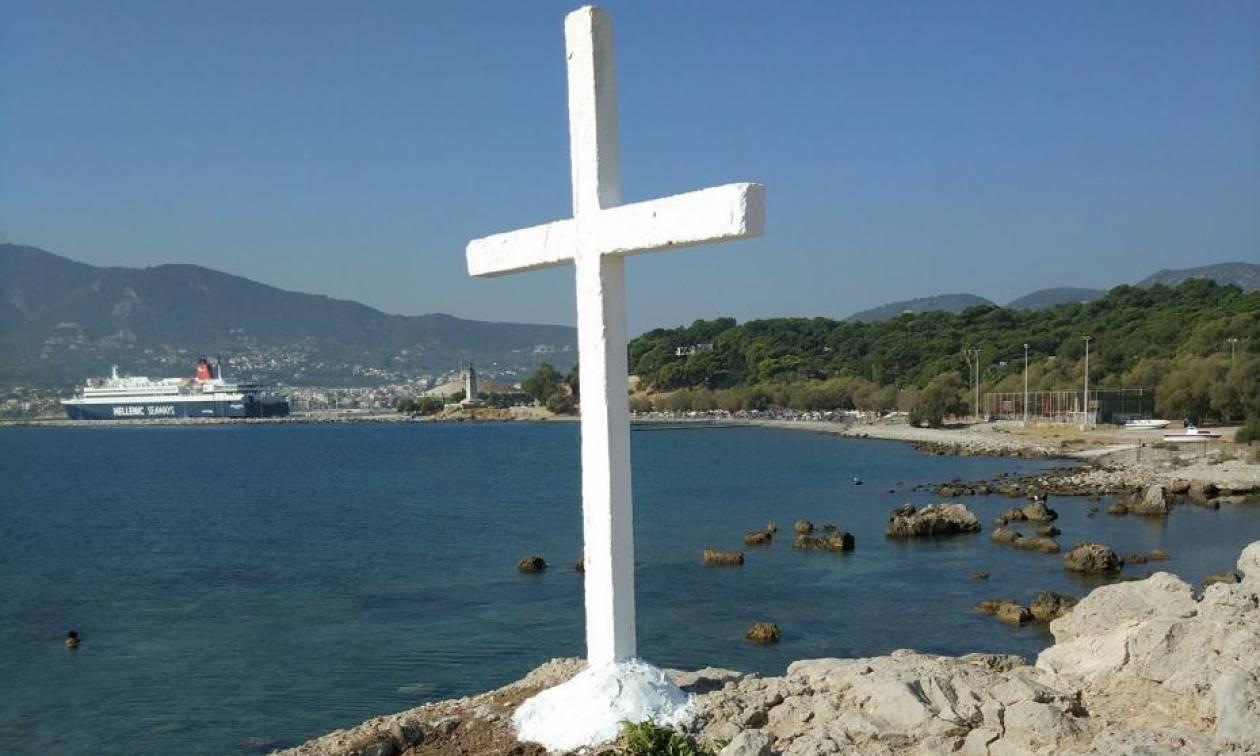 Εικόνες - σοκ: Γκρέμισαν σταυρούς της ορθοδοξίας για να μην ενοχλούνται οι μετανάστες