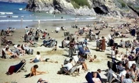 Απίστευτο: Άνδρας παίζει με το κινητό του σε φωτογραφία του 1943;